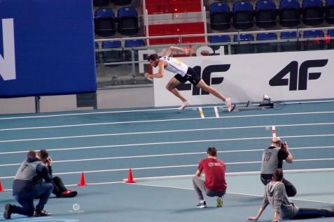 Kacper Kozłowski robi zdjęcie startującemu Rafałowi Omelce (eliminacje 400m M)